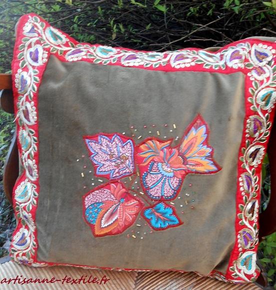 galons indiens, appliqués indiens sur un coussin de velour