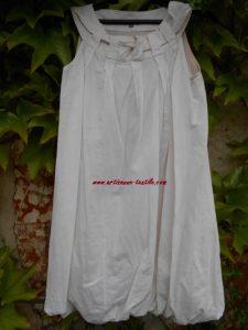 Teinture urgente sur la tunique blanche