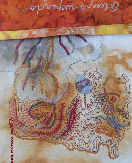 tissu teint à la rouille et galets brodés