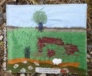 arbre en piqué libre sur une carte textile