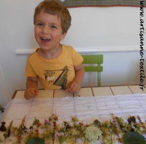 Eco-print avec un enfant réjoui