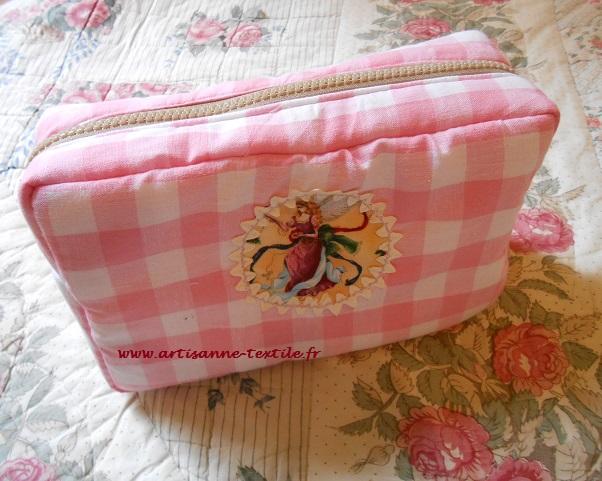 trousse de toilette rose et blanche à carreaux