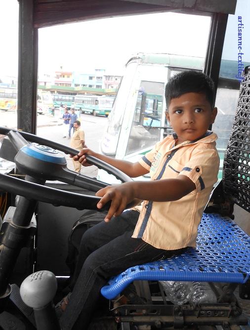 Inde: petit mais au volant d'un bus...