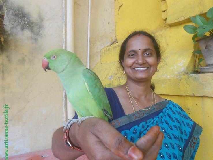 Une indienne et son perroquet