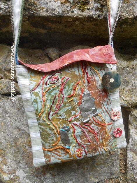 pochette brodée autour d'un débris de ferraille