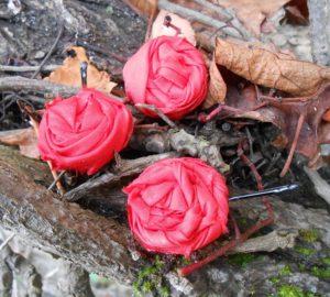 3 roses rouges en tissu