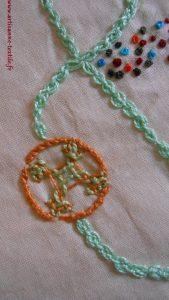 Lettre brodée, détail de la croix maltaise ou kamal kadai stitch