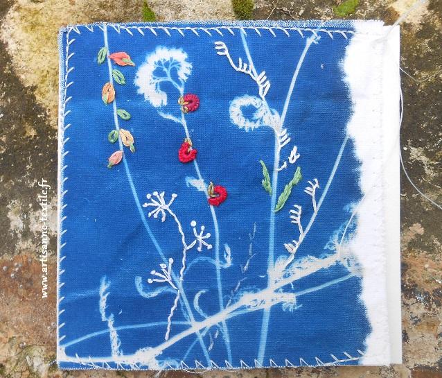 Carte textile 1 cyano sur tissu rebrodé