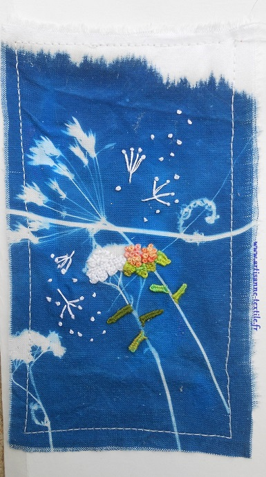 Carte textile cyanotype sur tissu rebrodé
