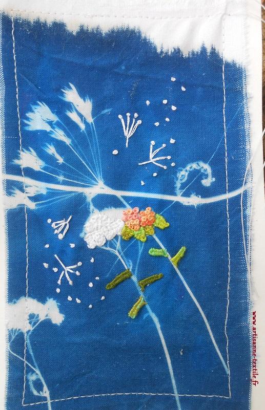 Carte textile avec cyanotype sur tissu et broderie