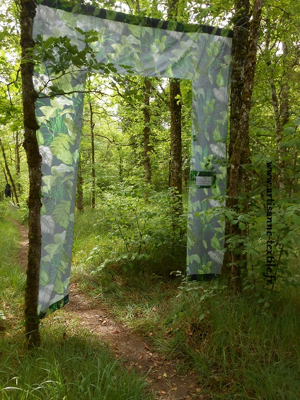 Installation textile sur le Causse de Sorges en Périgord envers 2