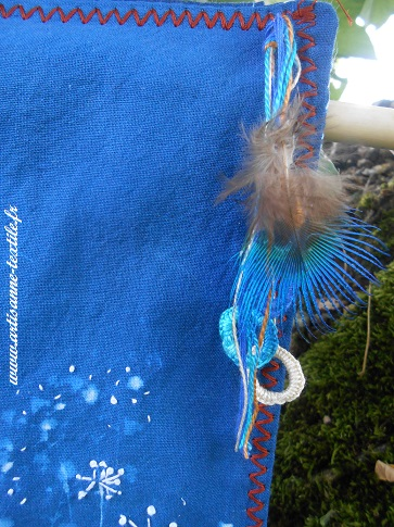 cyanotype brodé détail 2 avec plume de paon