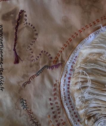 détail 2 du mandala textile des livres oubliés