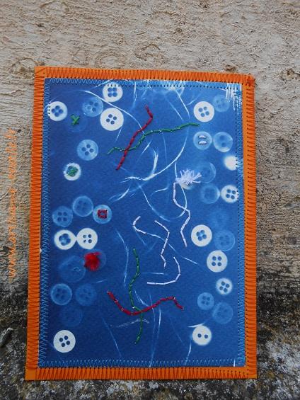 Bleu du cyanotype rebrodé sur une carte 3