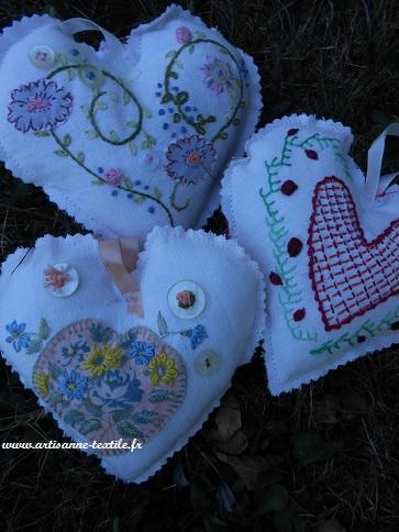 3 coeurs brodés