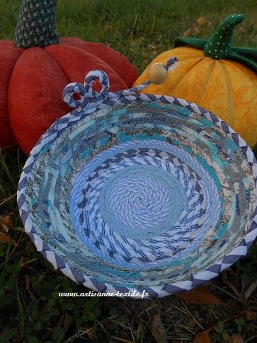 corbeille textile bleue à volute perlée