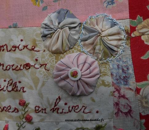 Détail vintage: la rose brodée sur bouton, les yoyos