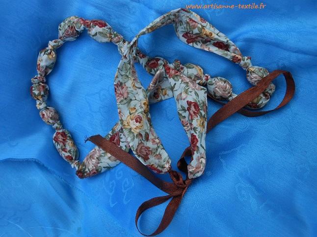Bleu, le collier de tissu