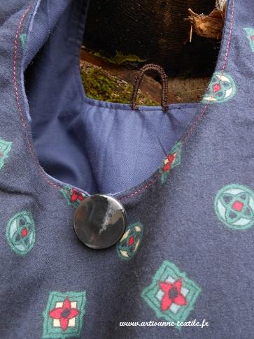 besace nouée (2) le bouton et la bride festonnée