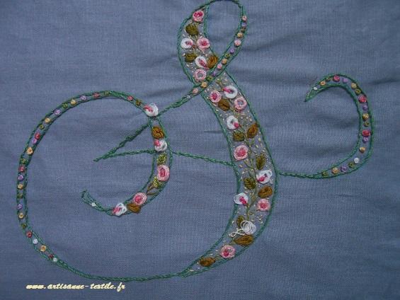 Monogramme S brodé sur coton, artisanne textile