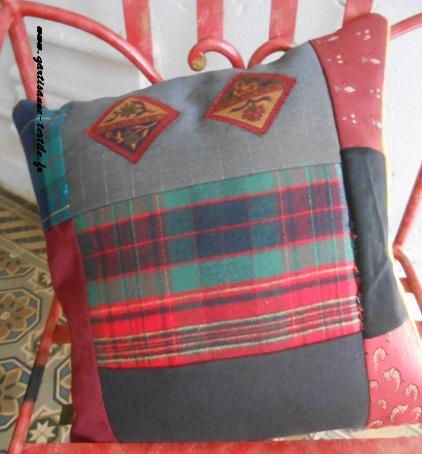 patchwork de lainages pour un coussin cosy